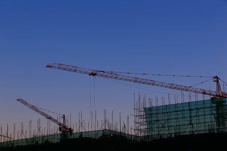 Photo pour The crane is working at the construction site - image libre de droit