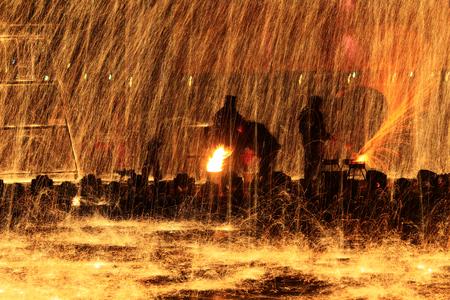 Photo pour Sparks of molten steel melting, - image libre de droit