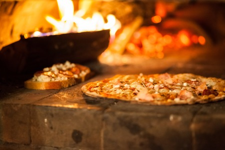 Photo pour Pizza in old stove fire temperature hot - image libre de droit