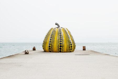 Photo pour Naoshima, Japan - September 29, 2017: Yayoi Kusama's giant pumpkin sculpture in front of the sea at Naoshima Art island - image libre de droit