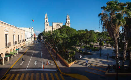 Photo pour View to the cathedral of Merida over the main square park 'Plaza Grande' from the Olimpo Cultural Center in Merida, Yucatan, Mexico - image libre de droit