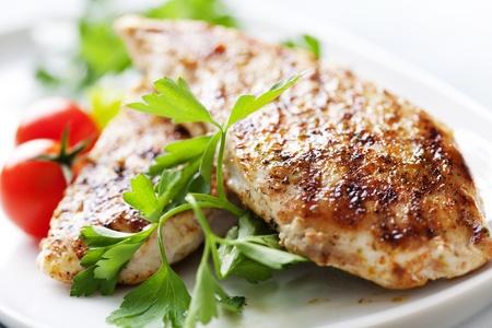 Photo pour closeup of juicy grilled chicken fillet - image libre de droit