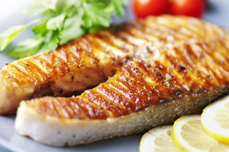 Photo pour crispy grilled salmon steak with cherry tomatoes and parsley - image libre de droit