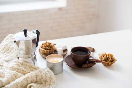 Photo pour Cozy home breakfast with coffee and cookies on table - image libre de droit