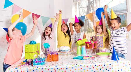 Photo pour group of children at birthday party at home - image libre de droit