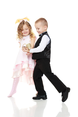 Foto per The boy shows the girl the Shoe. - Immagine Royalty Free