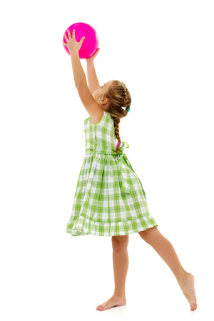 Photo pour The little girl is catching the ball. - image libre de droit