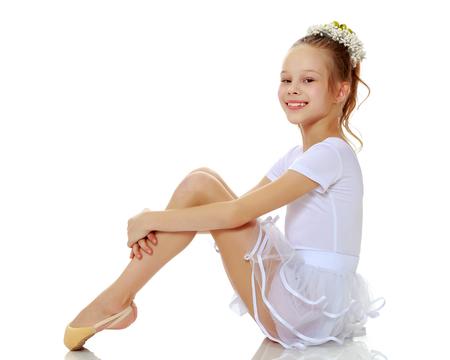 Photo pour Little girl hugging her knees. - image libre de droit