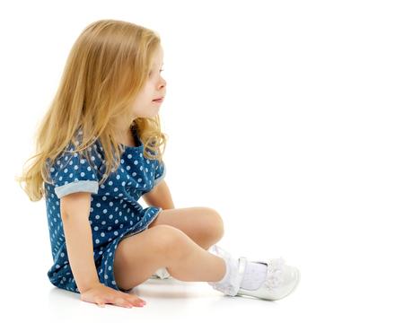 Photo pour Little girl is sitting on the floor. - image libre de droit