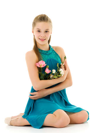 Photo pour Cute little girl posing in studio with a bouquet of small roses. - image libre de droit