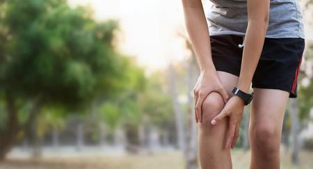 Foto de runer woman with knee injury and pain - Imagen libre de derechos