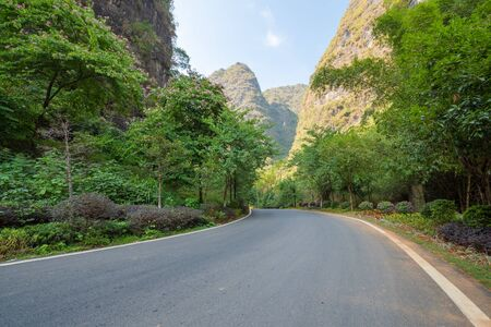 Photo pour Empty road with karst hills in the background in Yangshuo, Guilin, Guangxi province, China - image libre de droit