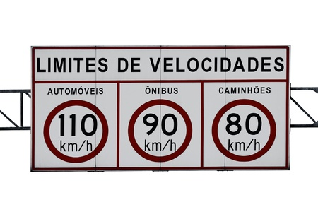 An isolated speed limit highway sign in KM/H (Text in Portuguese-Br)