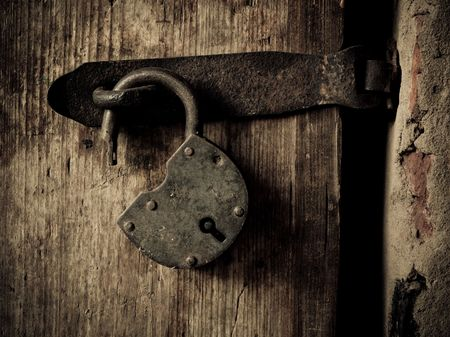 Photo pour Old padlock on a wooden door  - image libre de droit