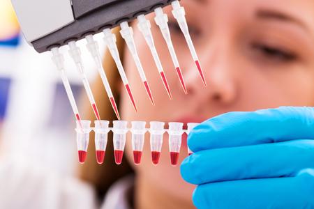 Photo pour woman assistant in laboratory   research of cancer stem cells - image libre de droit