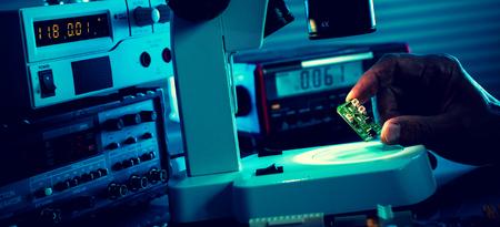 Photo pour control microelectronic device in a laboratory microscope - image libre de droit