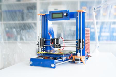 Foto de homemade 3D printer to print plastic prototypes - Imagen libre de derechos
