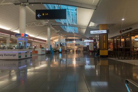 Photo pour AUCKLAND - DEC 15 2016: Passengers passing through the new Auckland airport - image libre de droit