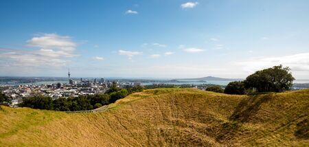 Foto de Volcano crater in Auckland, New Zealand - Imagen libre de derechos