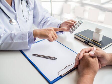Photo pour Doctors report health examination results and recommend medication to patients. - image libre de droit