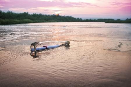 Photo pour message in a bottle in sea, close up - image libre de droit