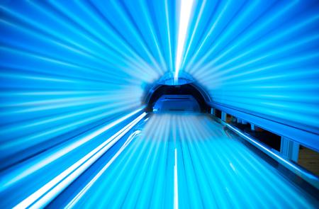 Photo pour Empty tanning bed solarium - image libre de droit