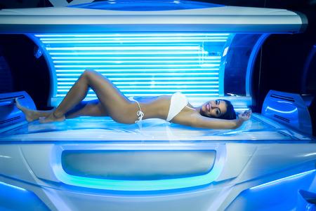 Photo pour Beautiful young woman have tanning skin treatment in modern solarium - image libre de droit