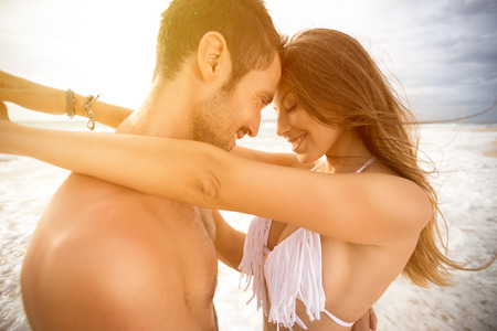 Foto de Smiling couple in love embracing and looking each other - Imagen libre de derechos