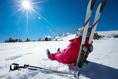 Photo pour Skier relaxing at sunny day on winter season with blue sky in background - image libre de droit