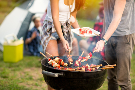 Photo pour Close up grill with colorful barbecue on grill in campground - image libre de droit
