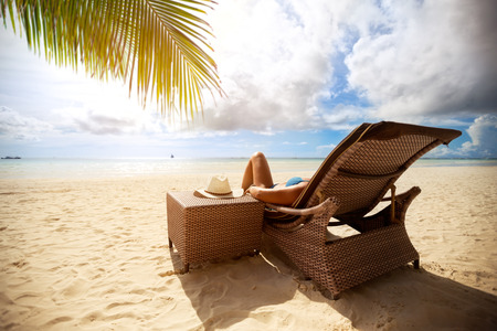 Foto de Relax on sunbeds on peaceful beach, holiday and vacation - Imagen libre de derechos