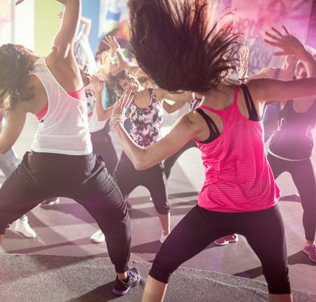 Photo pour group of people at urban dance class in studio - image libre de droit