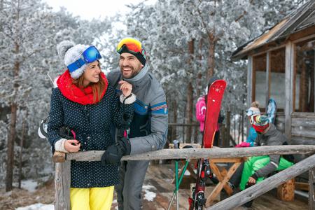 Photo pour Smiling friends spend winter holidays at mountain cottage - image libre de droit