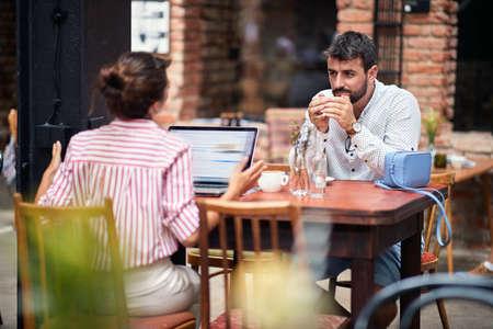Photo pour Young couple having heavy discussion at a cafe - image libre de droit