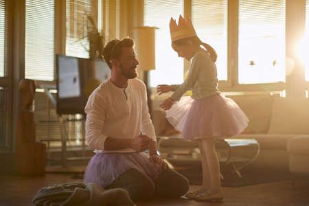Photo pour Dad and daughter dressing up toghether at home - image libre de droit