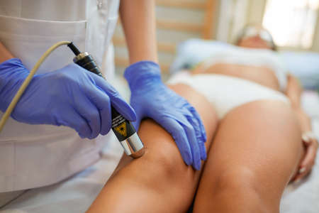 Photo pour physical therapy at spa clinic healing jumper's knee - image libre de droit