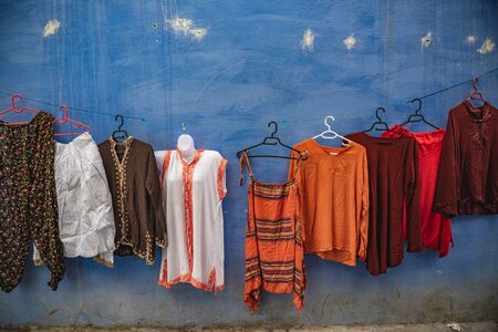 Photo pour colorfull clothes hnged at a wall in a strett of Chefchaouen - image libre de droit