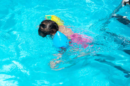 Photo pour toddler alone diving in the swimming pool - image libre de droit