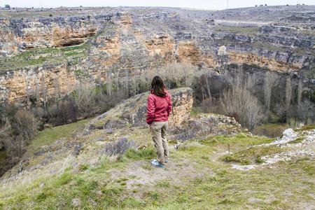 Joven mujer observando el entorno natural
