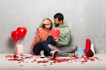 Photo pour Couple in valentine day holding a heart symbol - image libre de droit