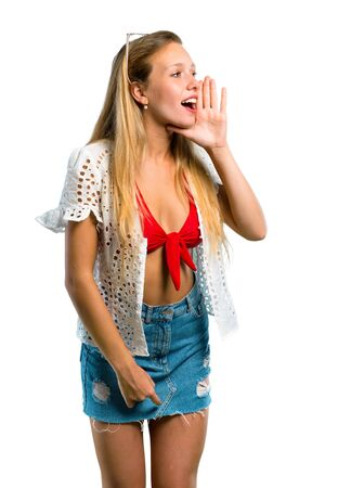Photo pour Blonde girl in summer vacation shouting to the lateral and announcing something on isolated white background - image libre de droit