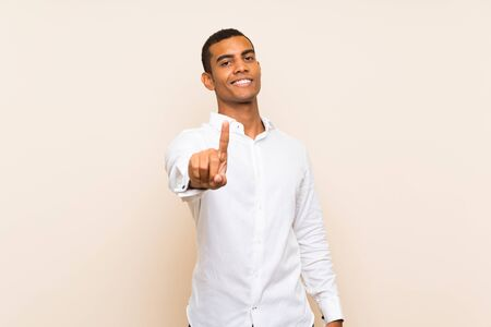 Photo pour Young handsome brunette man over isolated background showing and lifting a finger - image libre de droit