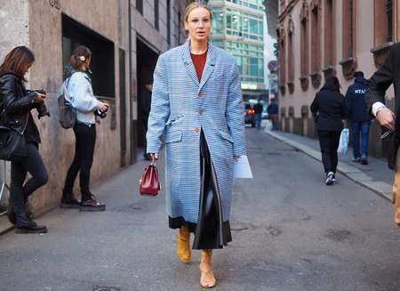 Photo pour MILAN, Italy: February 21, 2019: Fashion bloggers style street outfits before Vivetta fashion show during Milan fashion week Fall / winter 2019/2020 - image libre de droit