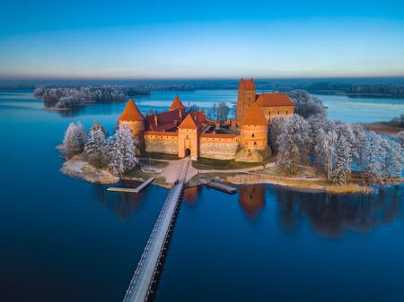 Photo pour Trakai castle at winter, aerial view of the castle - image libre de droit