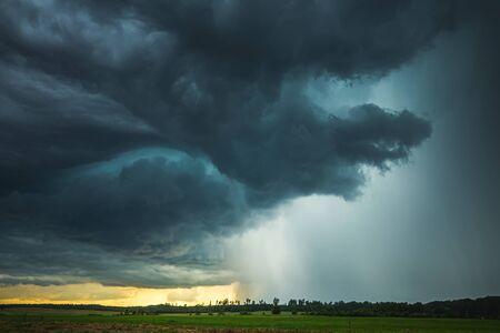 Photo pour Supercell storm clouds with intense tropic rain - image libre de droit