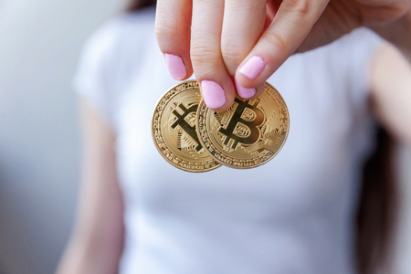 Photo pour Cryptocurrency golden bitcoin coin in woman hand. Electronic virtual money for web banking and international network payment. Symbol of crypto currency - image libre de droit