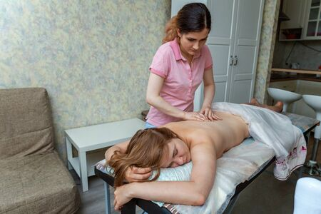 Foto de Close-up of young beauty brunette woman getting body back massage treatment in spa salon. Spa skin and body care. Skincare cleansing cosmetic health spa relax pleasure concept - Imagen libre de derechos