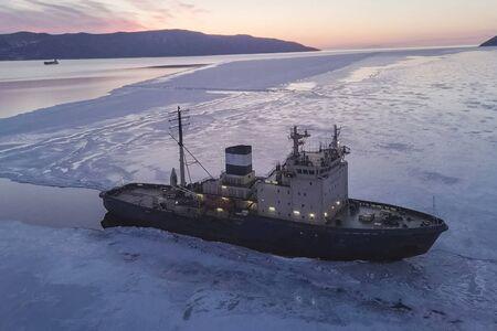 Foto de a Ice enpalled naldo, ice breaking ship. - Imagen libre de derechos