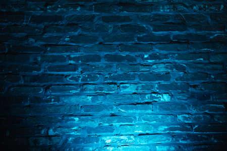 Photo pour Empty brick wall with blue neon light background - image libre de droit