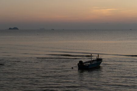 Photo pour The beautiful landscape of fishing boat floating on sea with sunset blackground,thailand. - image libre de droit